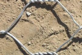 六边形网装上石头用来防洪护坡