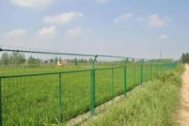 框架焊接防护网和勾花围网对比